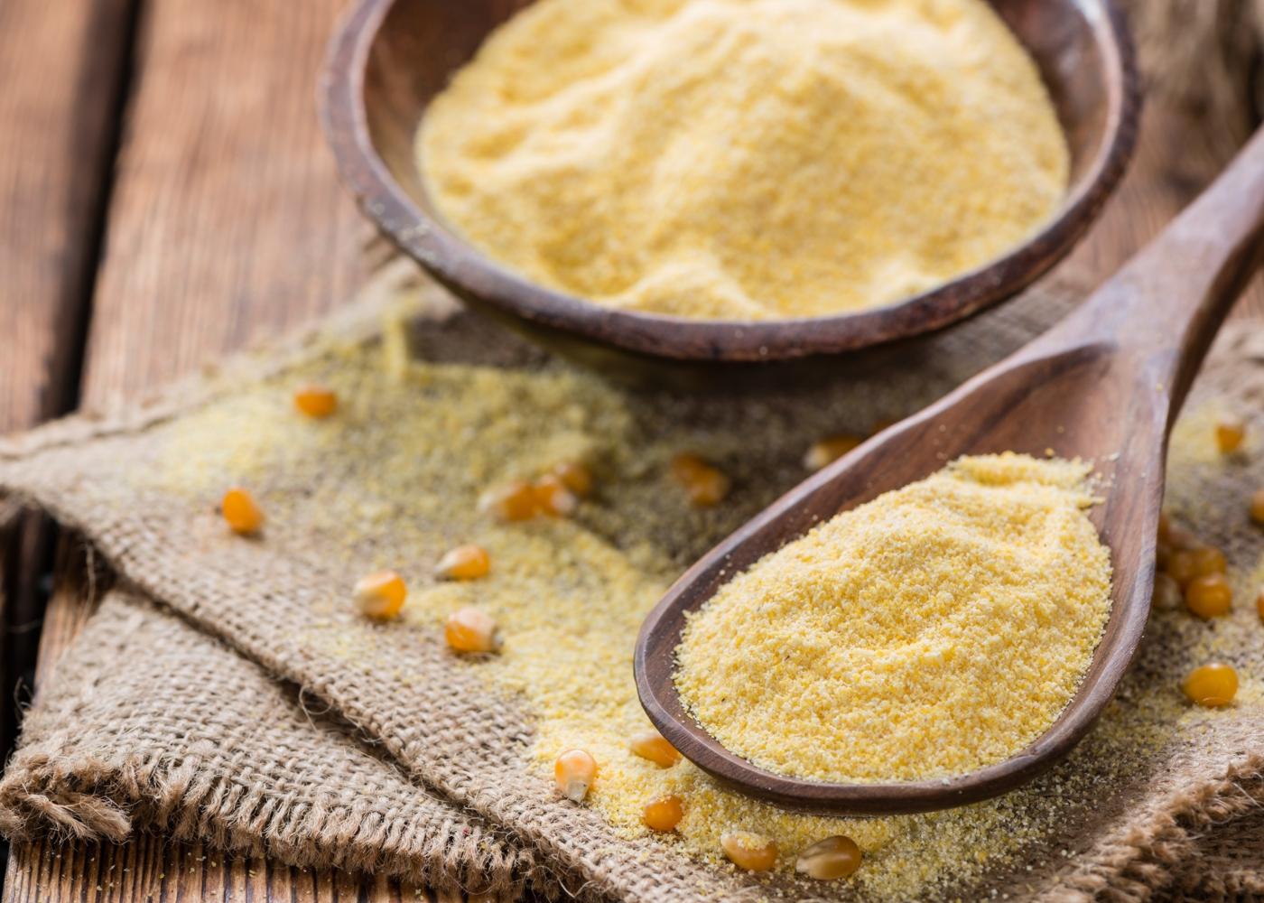 Farinha de milho de moagem seca numa taça
