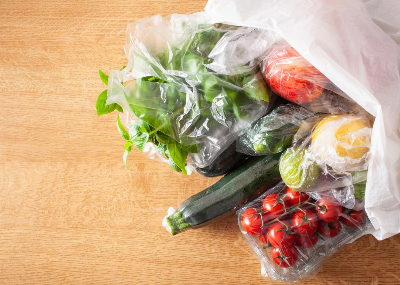 Fruta e legumes em sacos plásticos