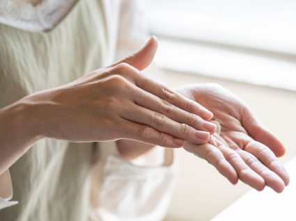 Mulher a tratar da hidratação das mãos após utilização de álcool gel