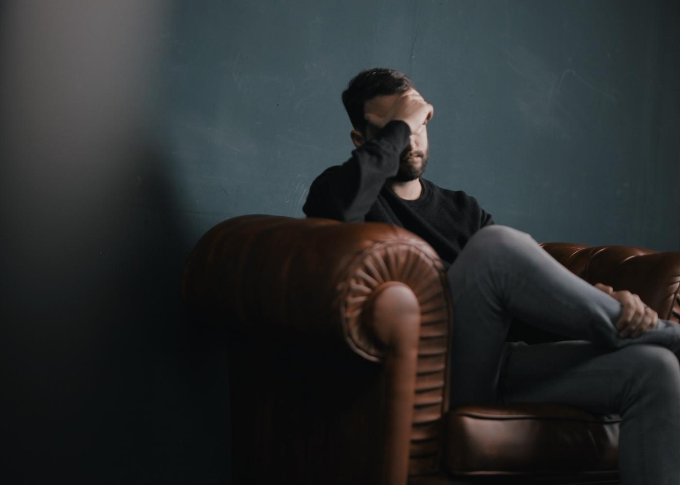 Homem ansioso por estar desempregado