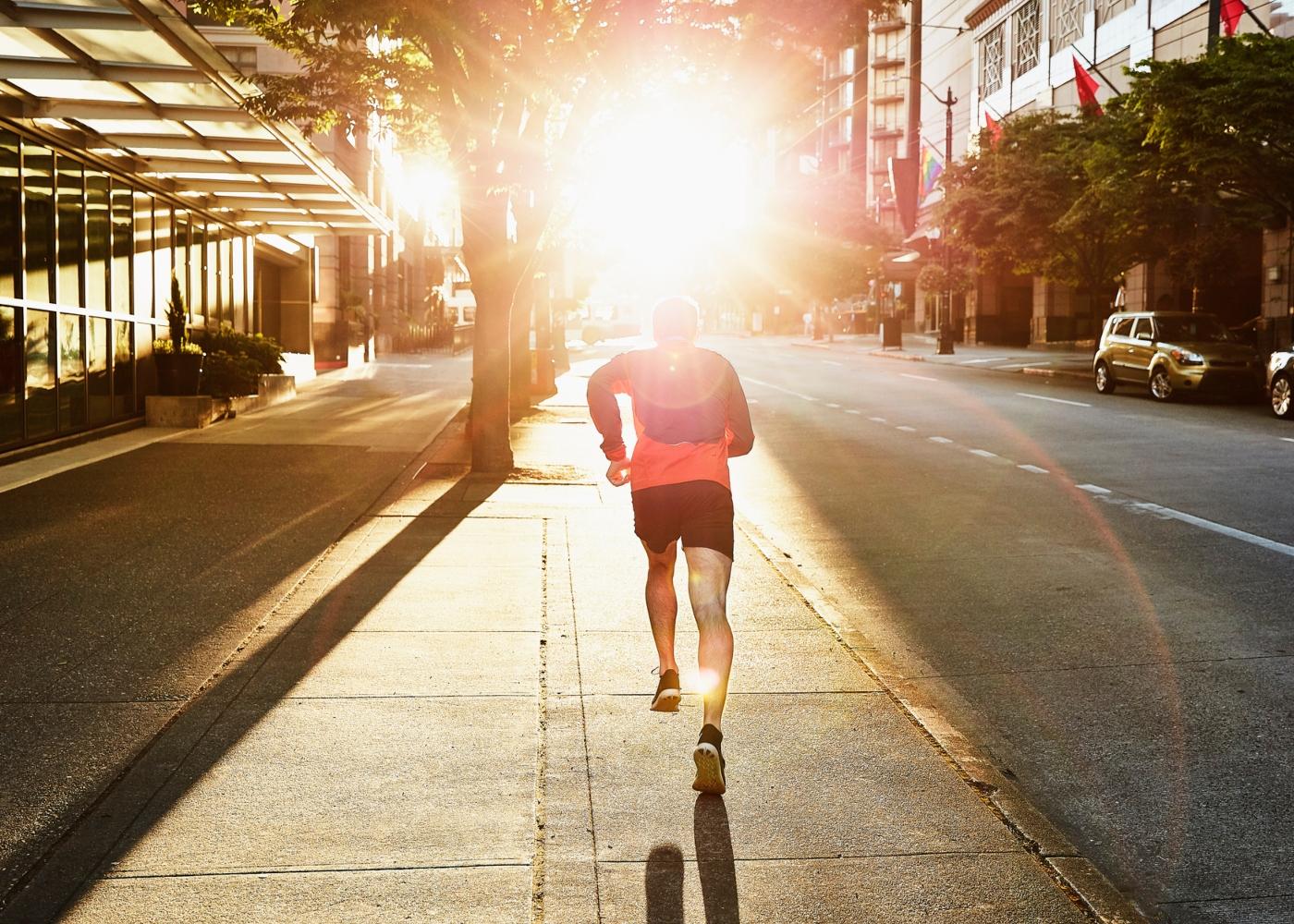 Homem a correr na cidade