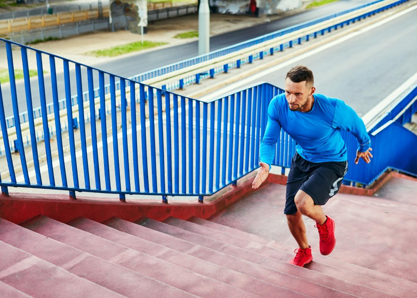 Homem a fazer treino intervalado de corrida