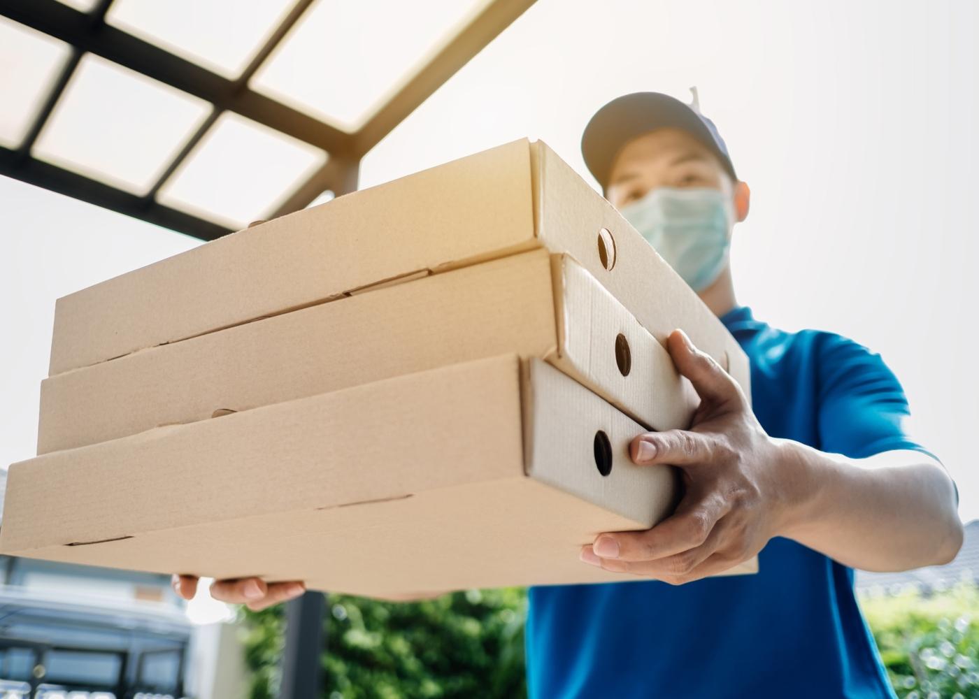 Homem a entregar pizzas