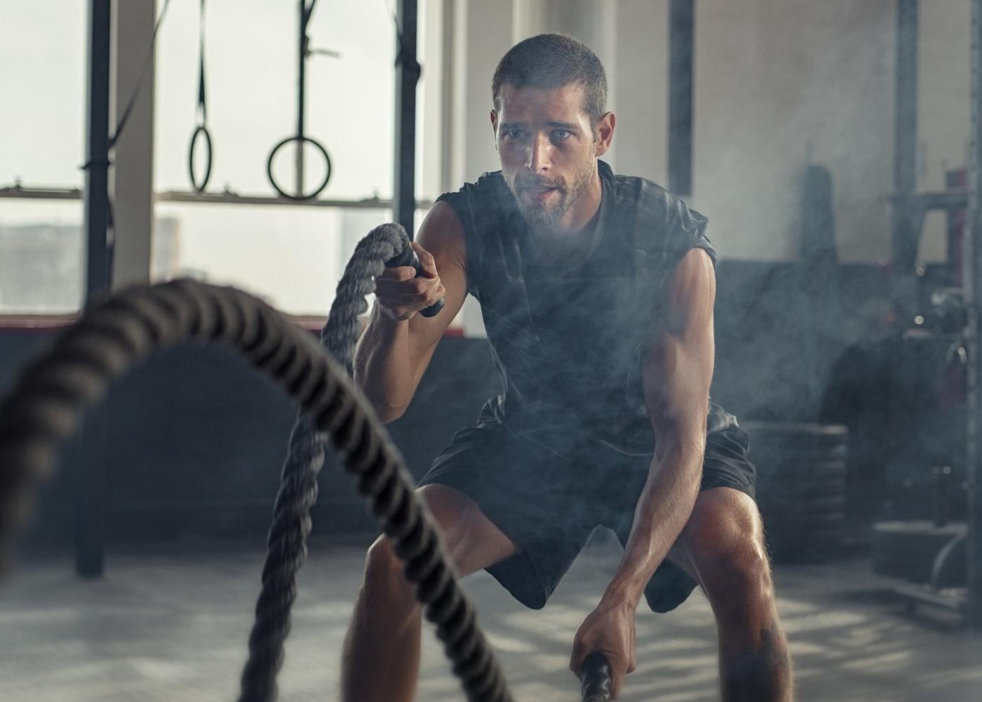Homem a treinar no ginásio