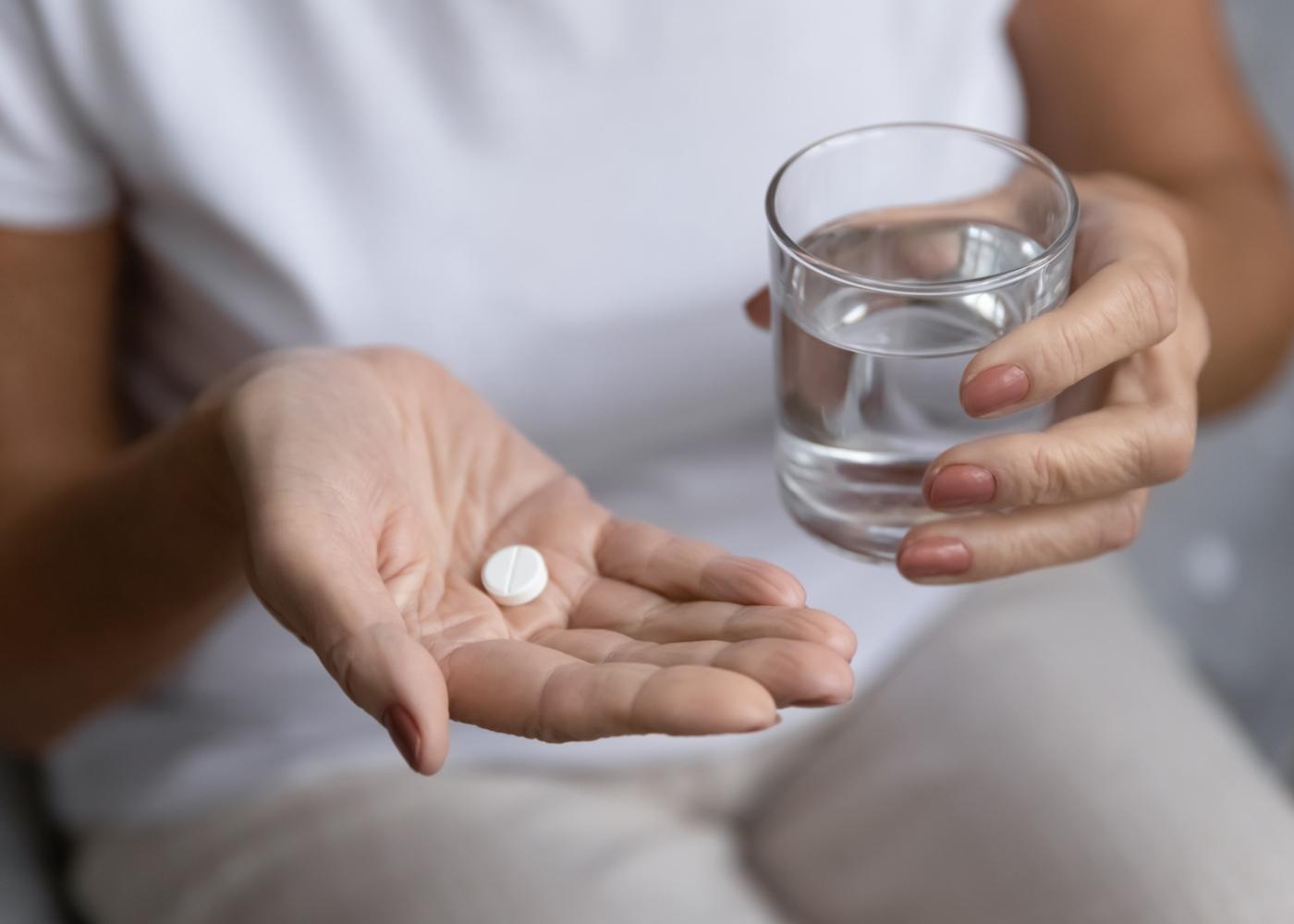 Idosa a tomar medicamentos