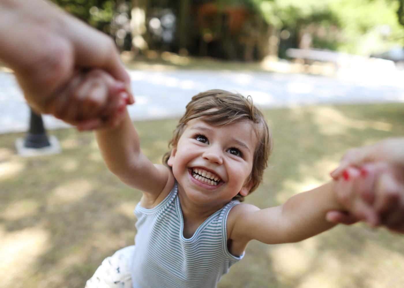 Mãe a brincar com a filha no jardim