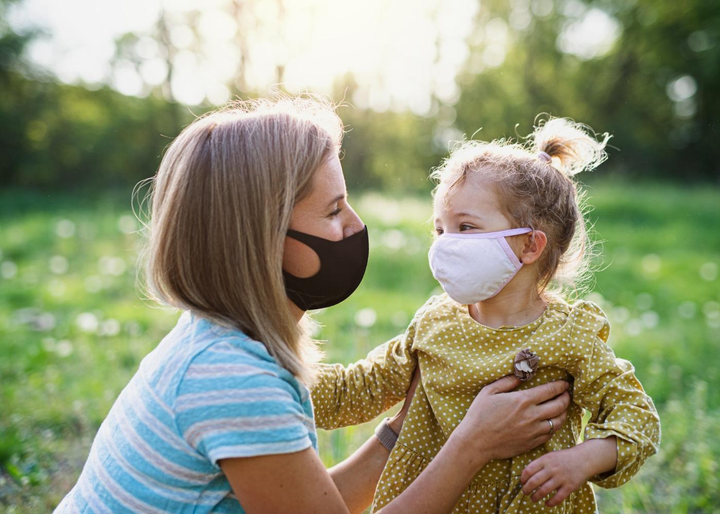 Mãe e filha com máscara