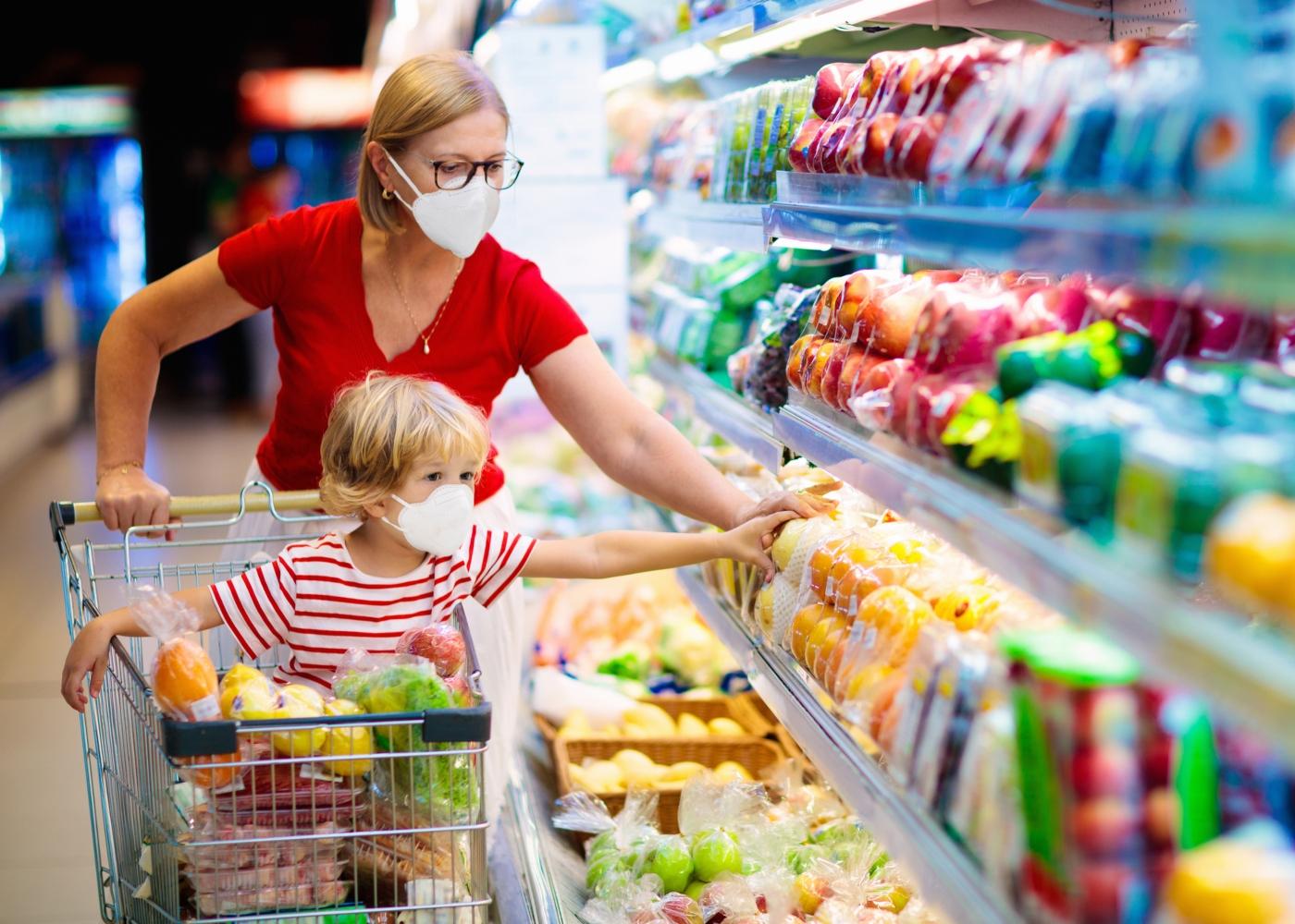 Mãe e filho no supermercado