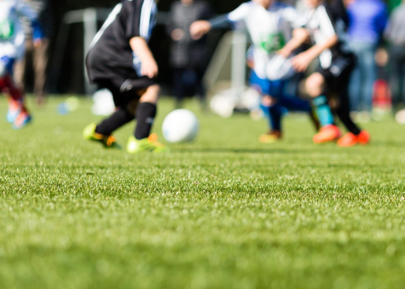 Meninos a jogar futebol