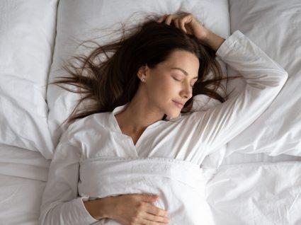 Mitos sobre o sono: mullher a dormir