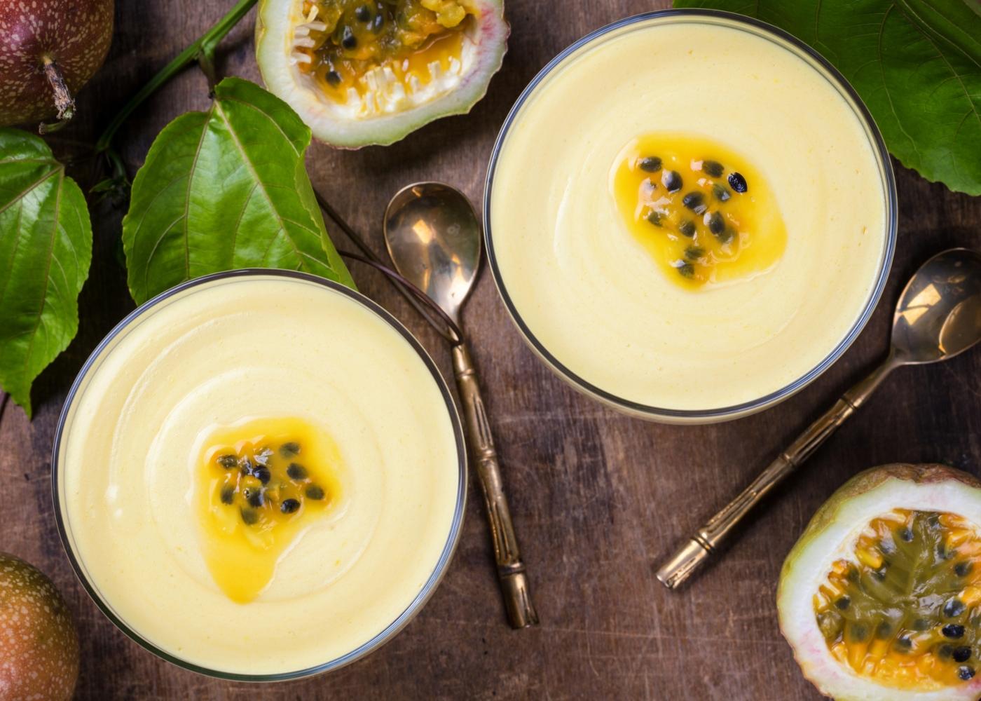 Taças com mousse de maracujá, leite condensado e iogurte