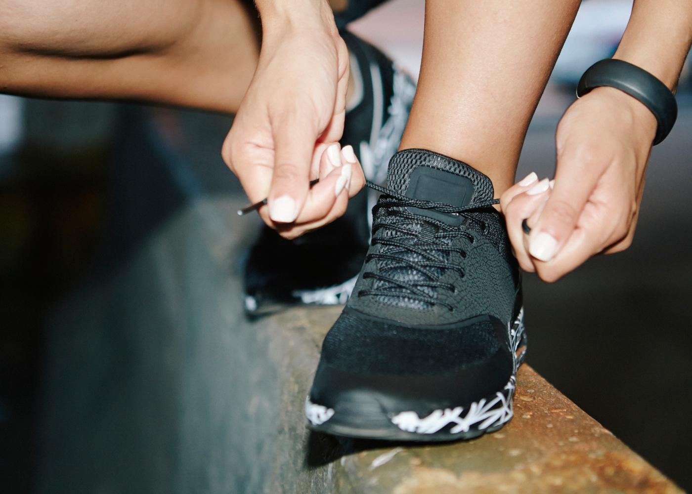 Mulher a apertar cordões das sapatilhas