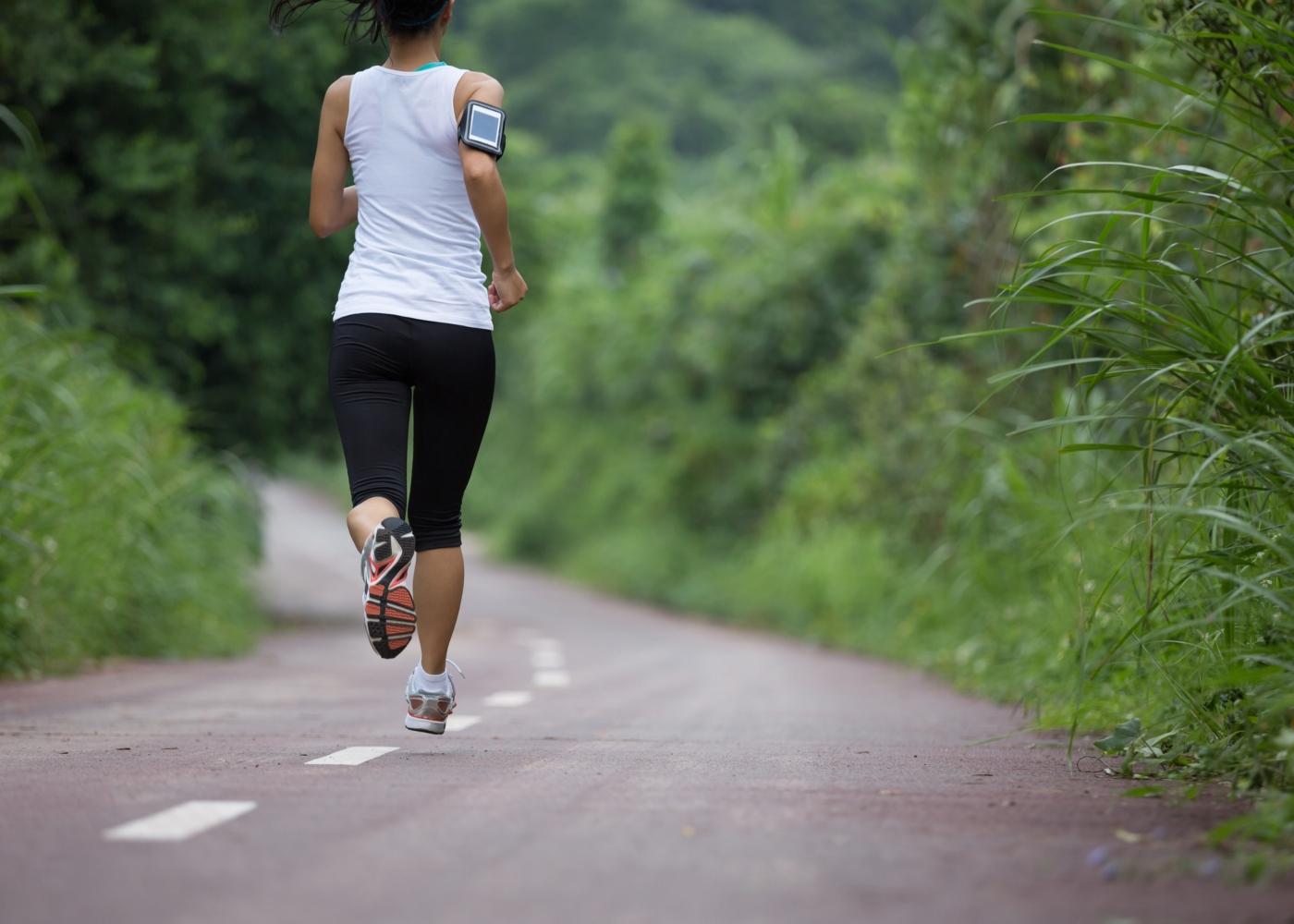 Mulher a correr numa estrada