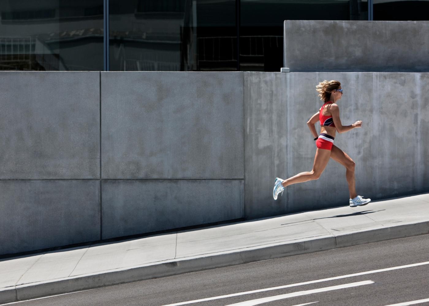 Mulher a correr na cidade