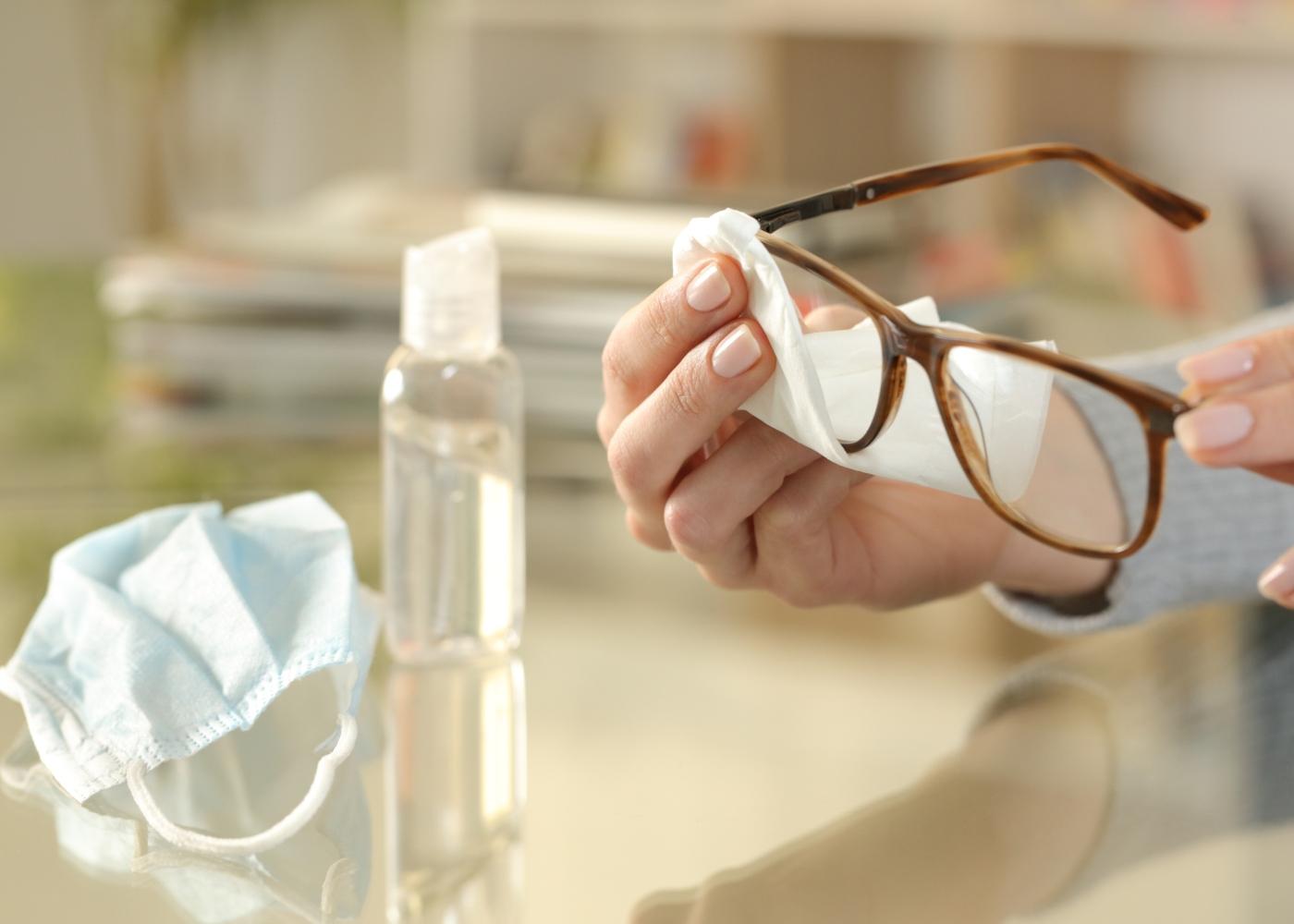 Mulher a desinfetar óculos