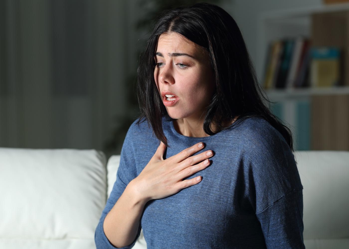 Mulher com dificuldade em respirar