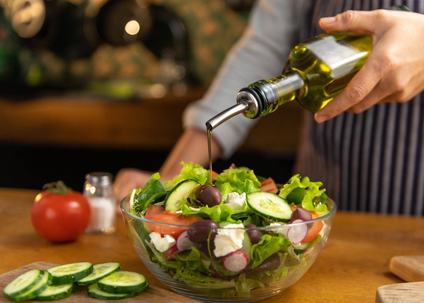 Mulher a temperar salada