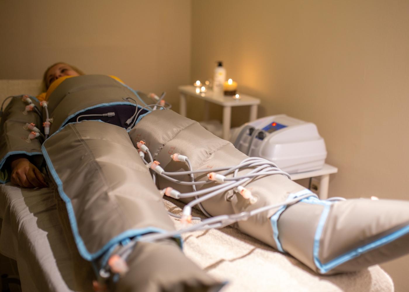 Mulher numa sessão de tratamento de pressoterapia