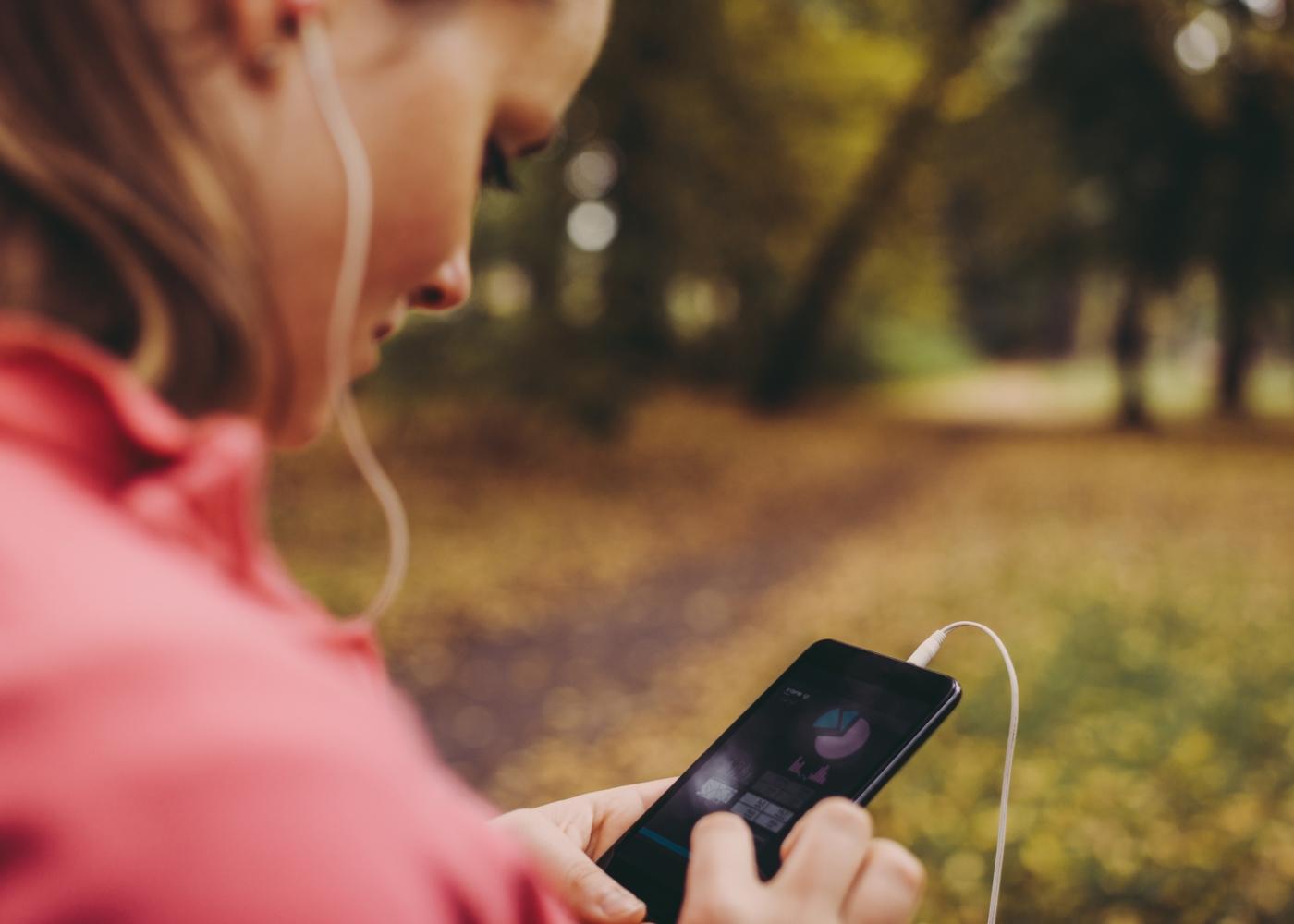 Mulher a treinar no parque com app