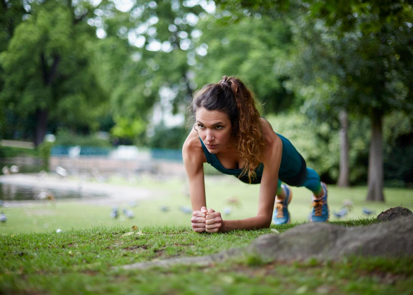 Mulher a treinar no parque