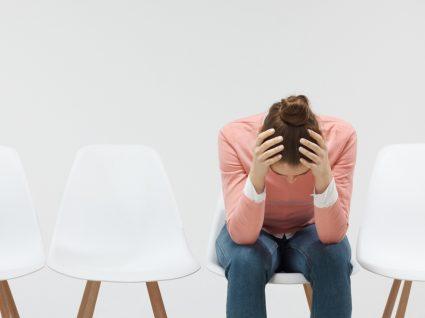 O que fazer em caso de desemprego: mulher ansiosa por ter ficado desempregada