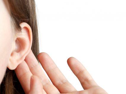 Otoplastia: mulher com mão na orelha