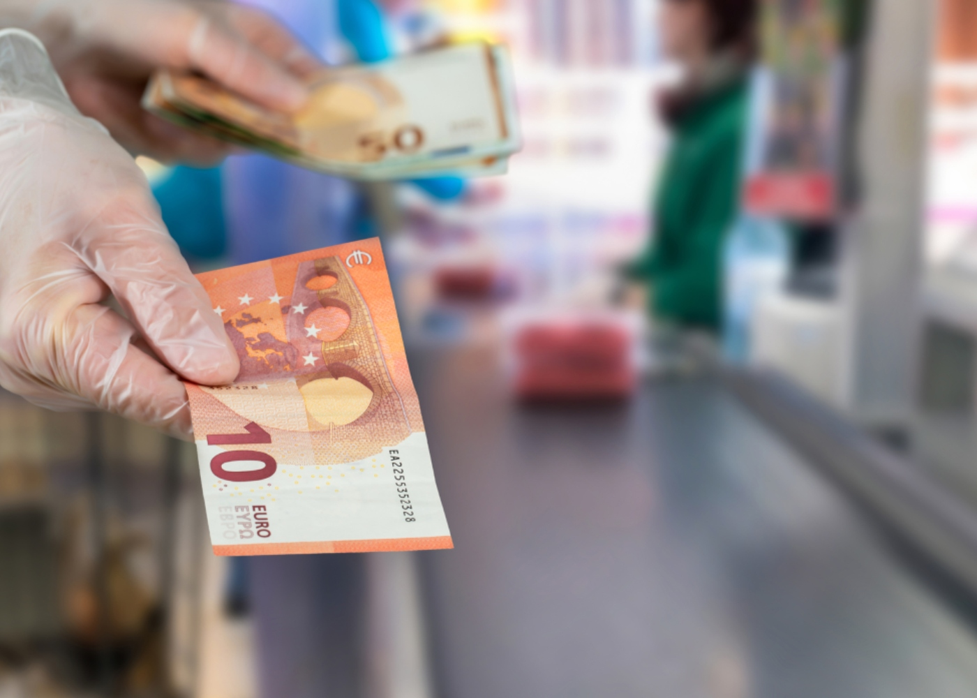 Pagar compras de supermercado com dinheiro