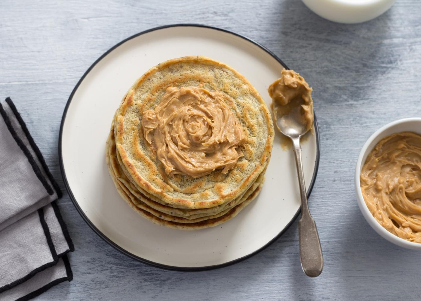 panquecas de aveia com topping de manteiga de amendoim