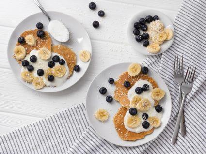 panquecas de banana e iogurte com mirtilos
