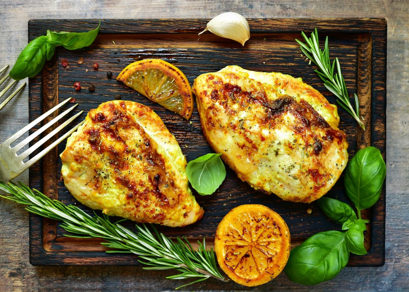 dois peitos de frango assados no forno com limão