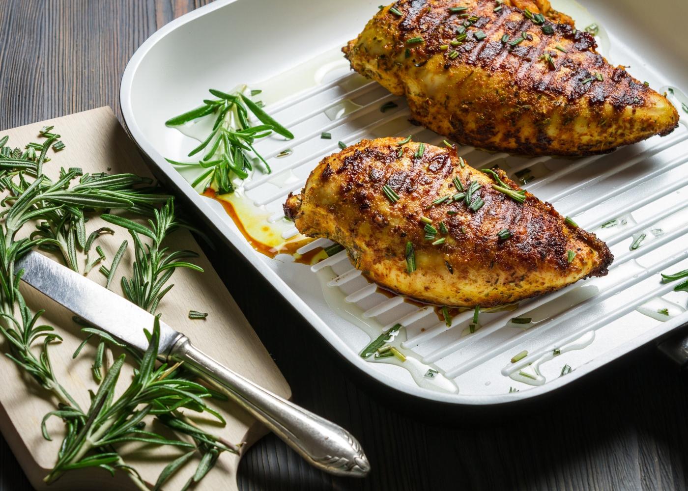 dois peitos de frango no forno com alecrim