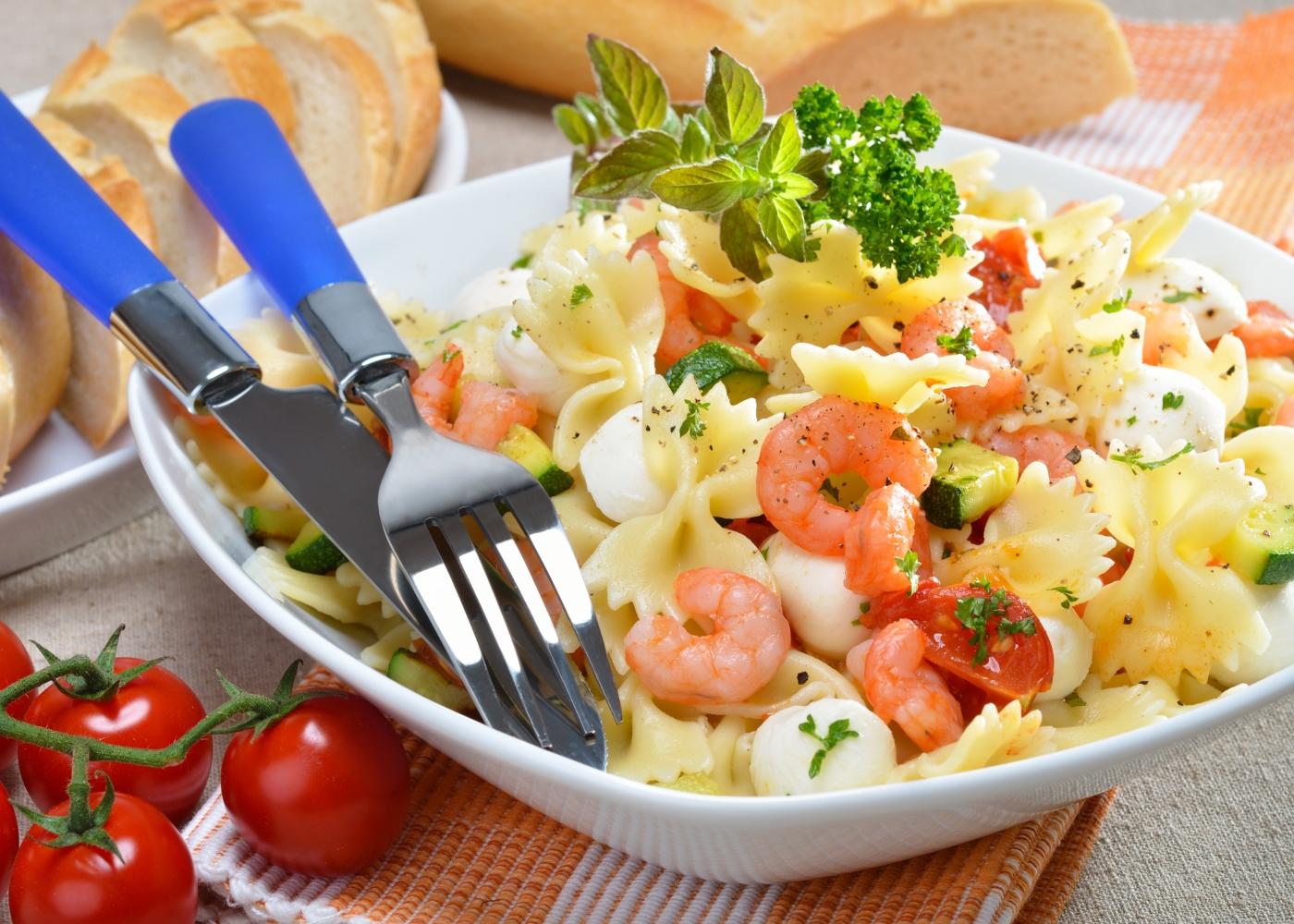 salada de massa com camarão