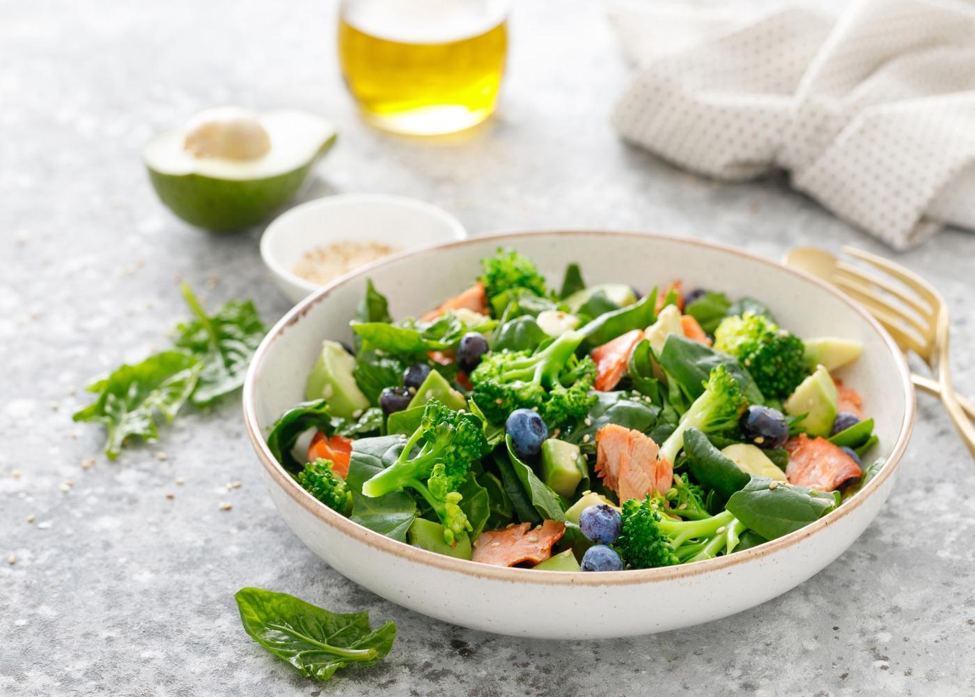 salada com alface, abacate, salmão e brócolos