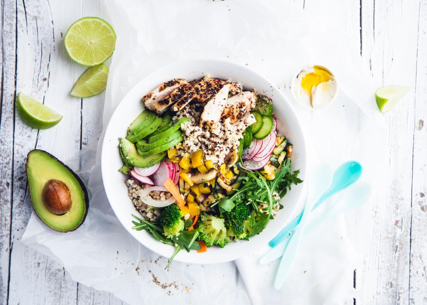 Salada de quinoa com frango e abacate