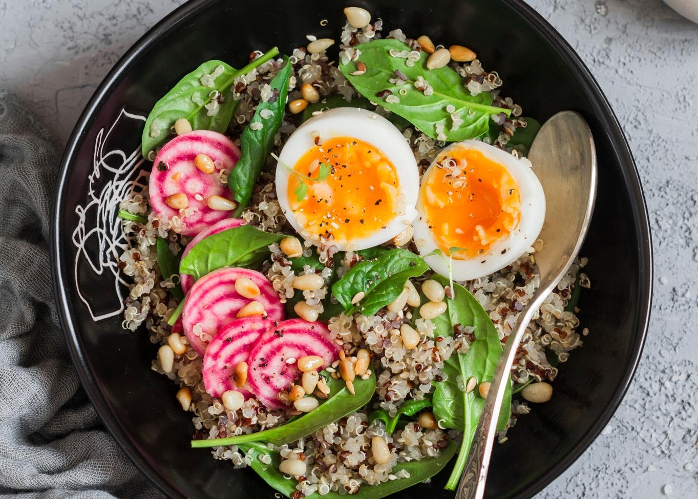 Salada de quinoa com atum e ovo cozido