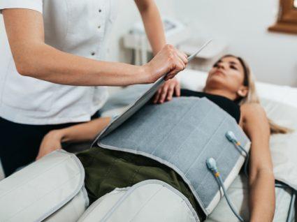 Mulher em sessão de pressoterapia