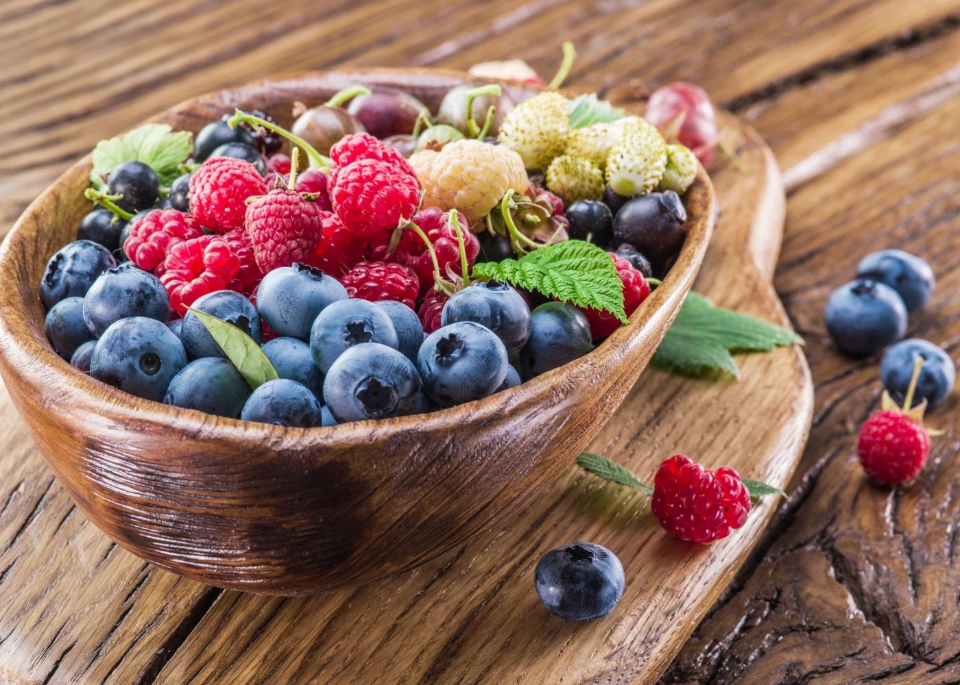 Taça de madeira com frutos vermelhos