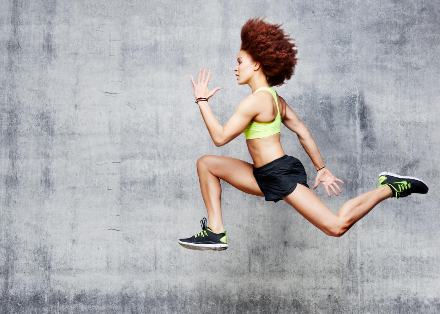 Mulher a correr com a técnica de corrida saltada