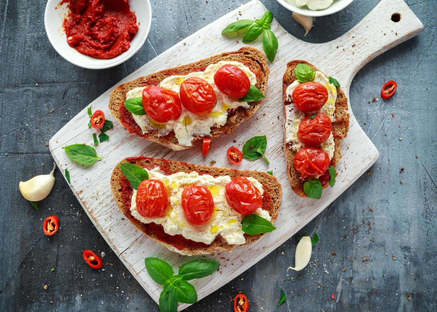 tostas com queijo e tomate