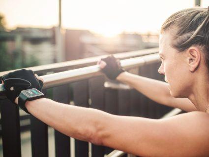 Mulher a fazer treino ao ar livre de 20 minutos