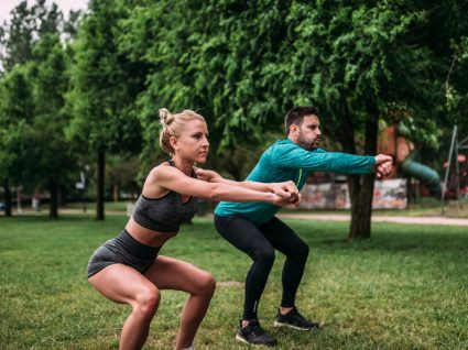 Casal a fazer treino ao ar livre de 30 minutos
