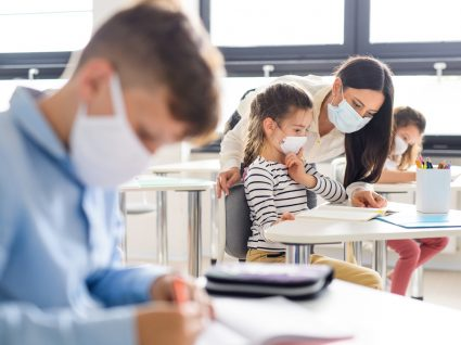 Ano letivo 2020/2021: alunos em aula do ensino básico com máscaras