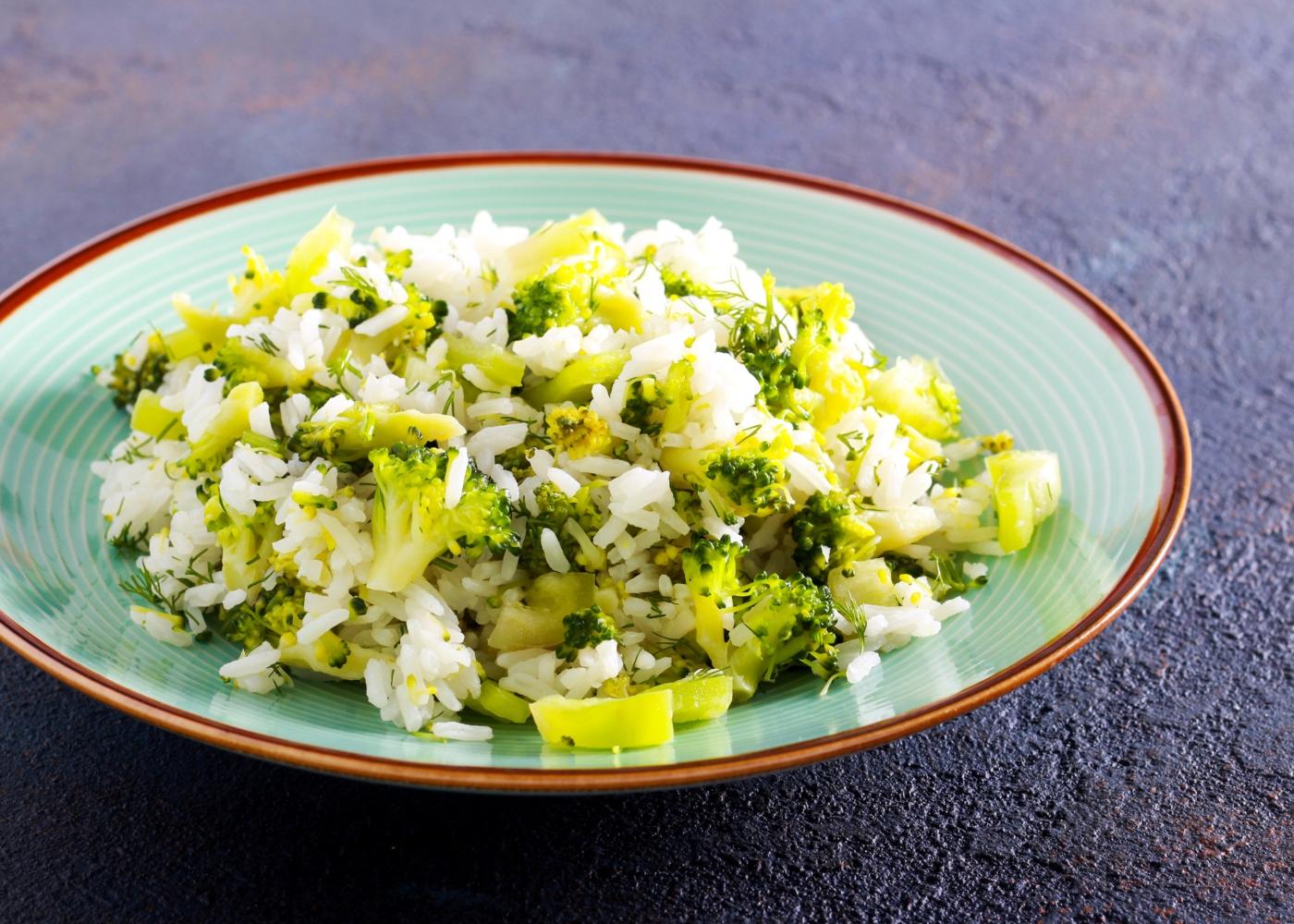 prato azul com arroz de brócolos