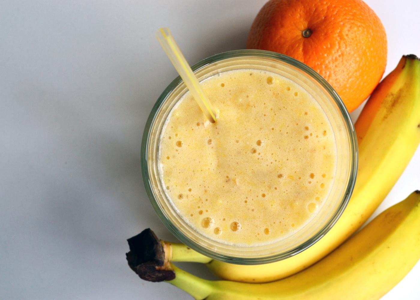 copo com batido de banana e laranja