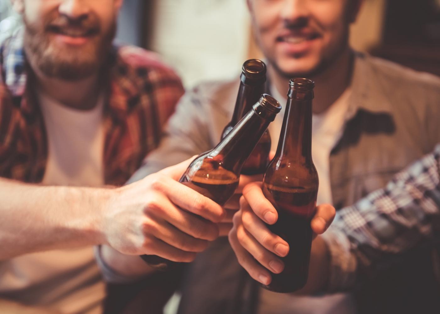 amigos num bar a beber cerveja