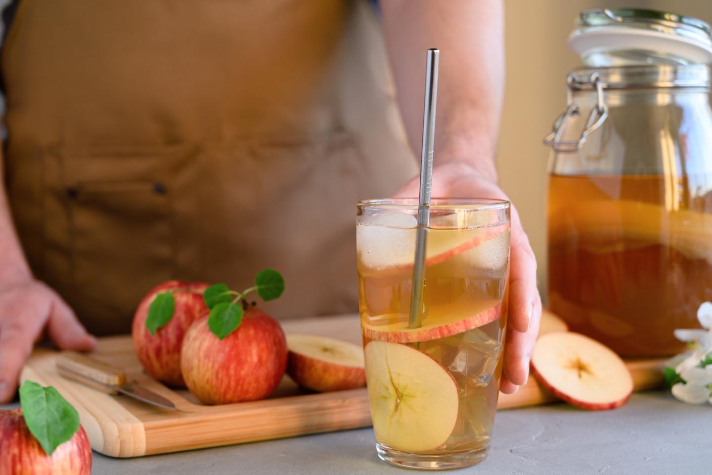 Bebida de kombucha com maçã num copo