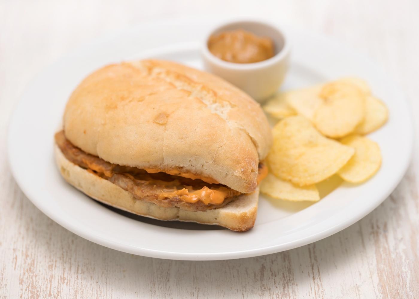 bifana no pão acompanhada com batatas fritas