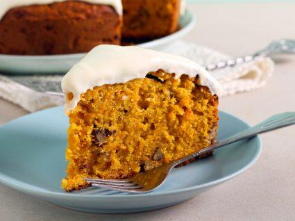 Fatia de bolo de cenoura e laranja servida num prato