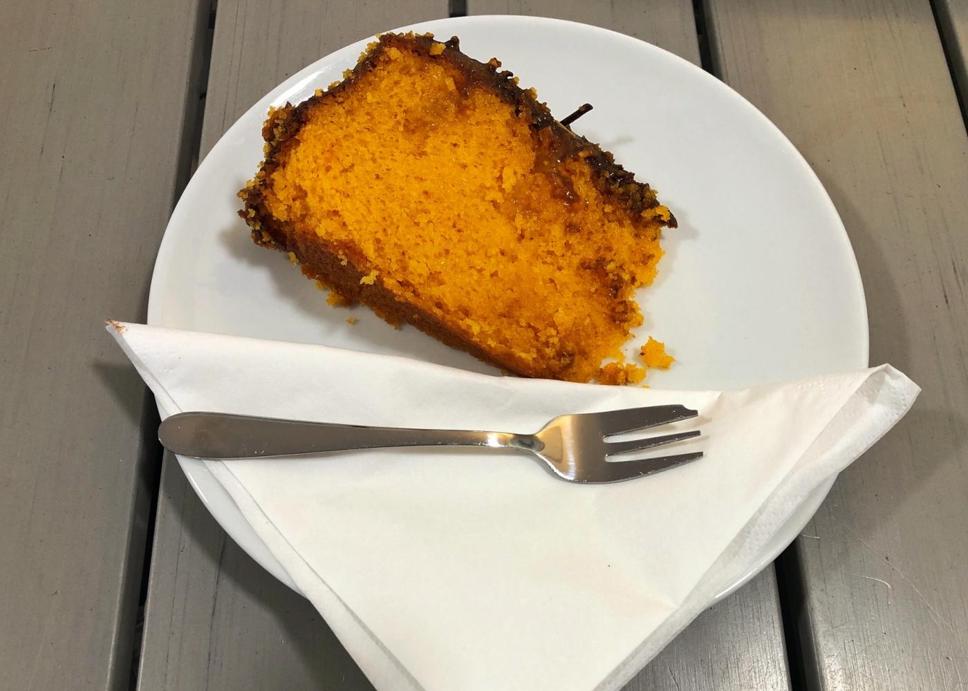 Bolo de cenoura e laranja com chocolate e coco