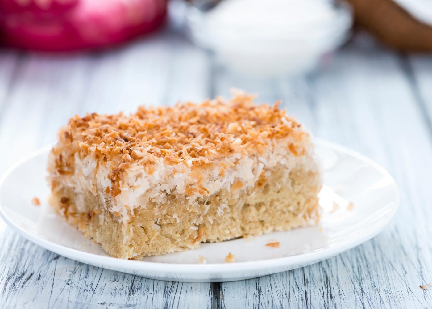 fatia de bolo de coco gelado